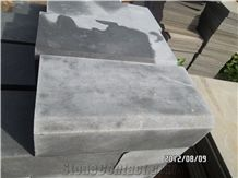 China Popular Black Andesite with Honeycomb, Cheap Grey Basalt Kerbstone, Curbstone in Machine Cut/Sawn Cut for Road, Bevel Edge Curbs/Kerbs Side Stone for Paving, Natural Building Stone Decoration