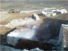 /picture/suppliers/20158/122048/maco-light-silver-travertine-quarry-quarry1-3533B.JPG