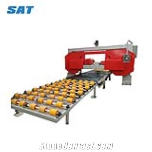 Thin slabs cutting machine with belt working table